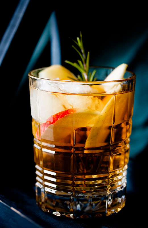 Apple Pie Old Fashioned Cocktail with Rosemary 🍎🍏