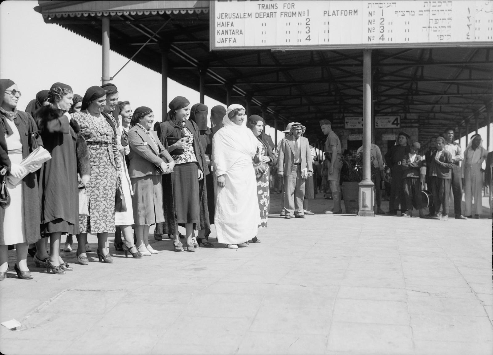 22. Палестинская делегация арабских женщин отправляется из Лода в Каир, 12 октября