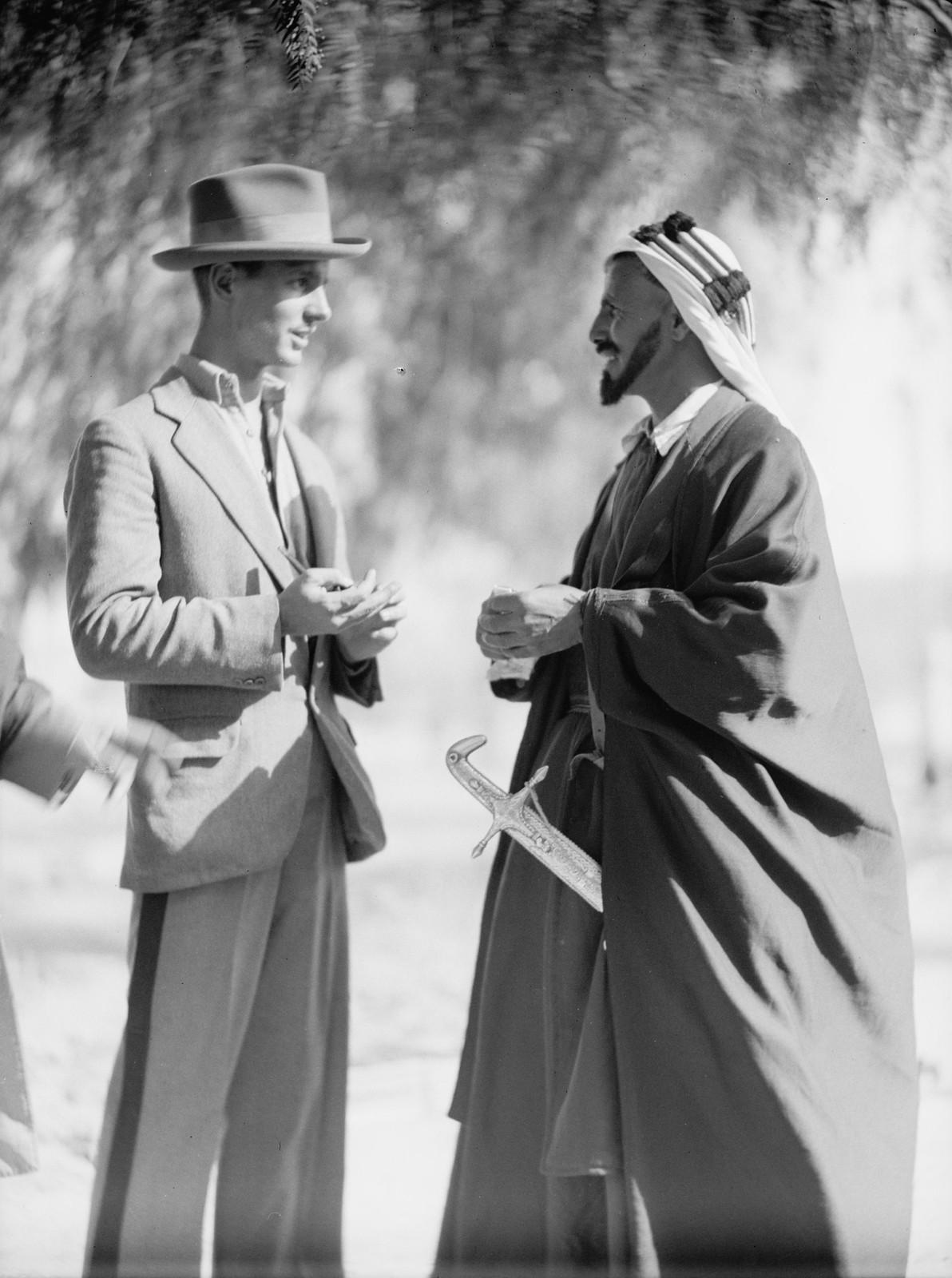 21. Член американской колонии Джек Вестер с шейхом Хусейном Абу Ситтой, верховным шейхом племени Тарабин