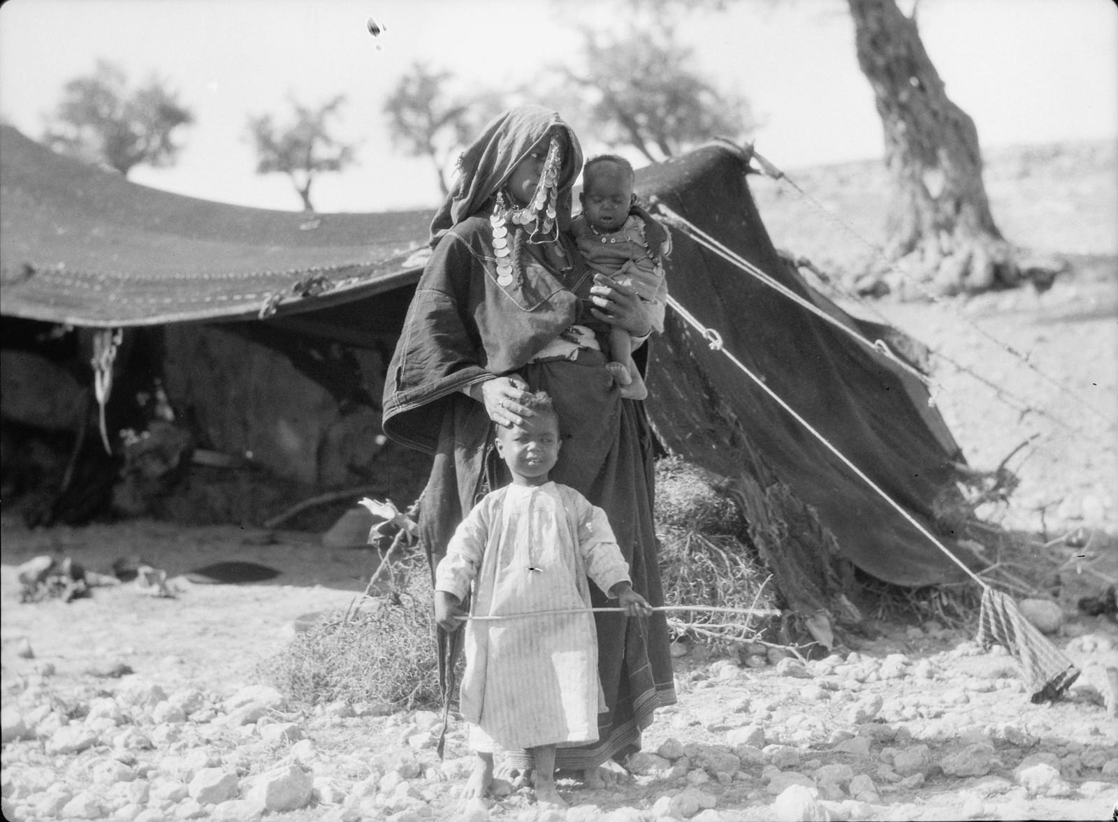 19. Бедуинка с детьми стоит перед своим шатром