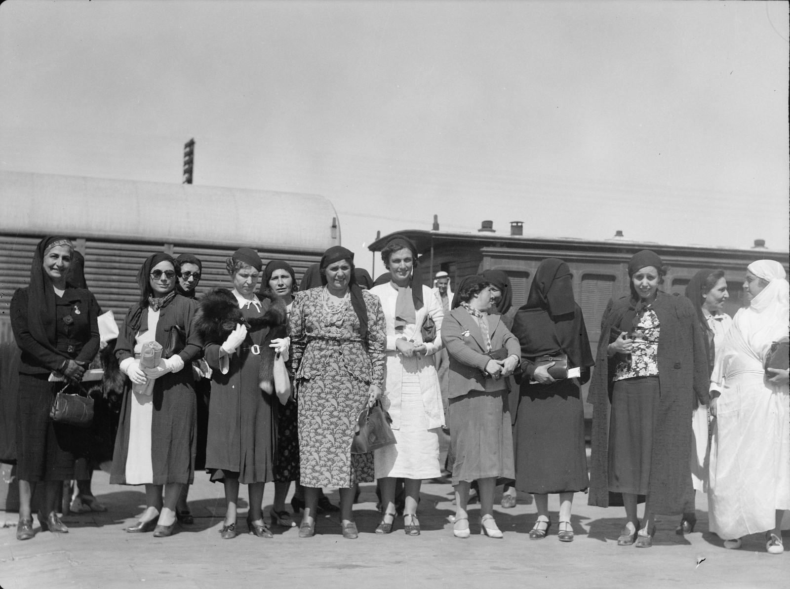 23. Палестинская делегация арабских женщин отправляется из Лода в Каир, 12 октября