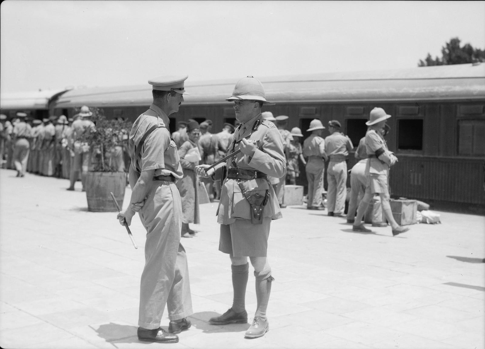 15. Генерал-лейтенант Р. Х. Хайнинг, главнокомандующий британскими силами в Палестине и Трансиордании, встречает на станции Лод 11-й гусарский полк