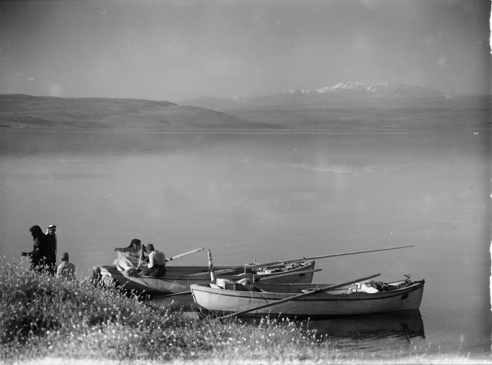 06. Гора Хермон и Кинерет с рыбаками на переднем плане