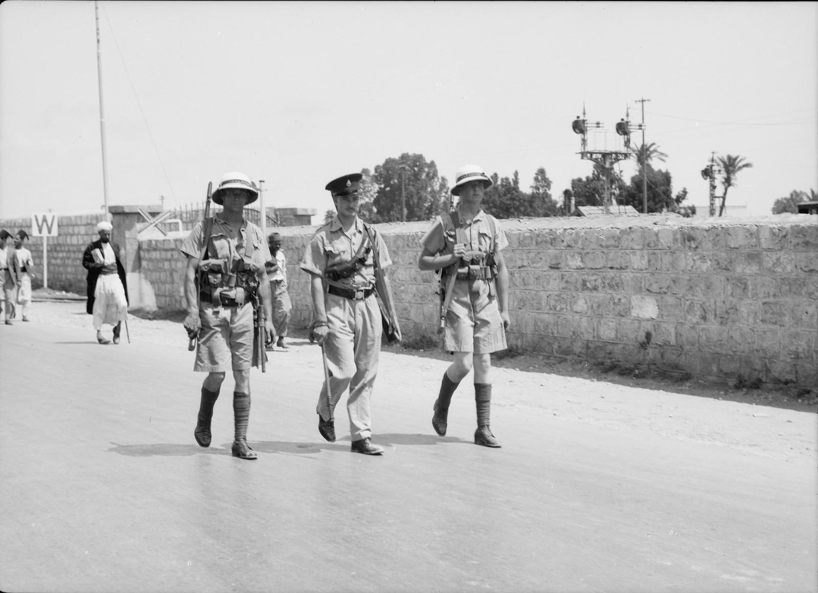 03. Арабский террор. Два морских пехотинца и один британский полицейский патрулируют Назарет-роуд в Хайфе