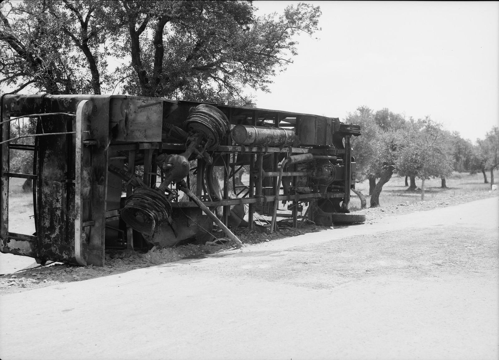 01. Арабский террор. Остатки сгоревшего еврейского пассажирского автобуса возле деревни Балад аш-Шейх недалеко от Хайфы