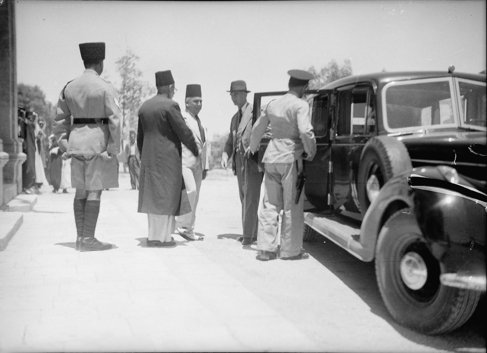 17. Сэр Гарольд Альфред МакМайкл, Верховный комиссар Палестины прибыл в Беэр-Шеву и встретился с окружным чиновником и мэром, 21 июня