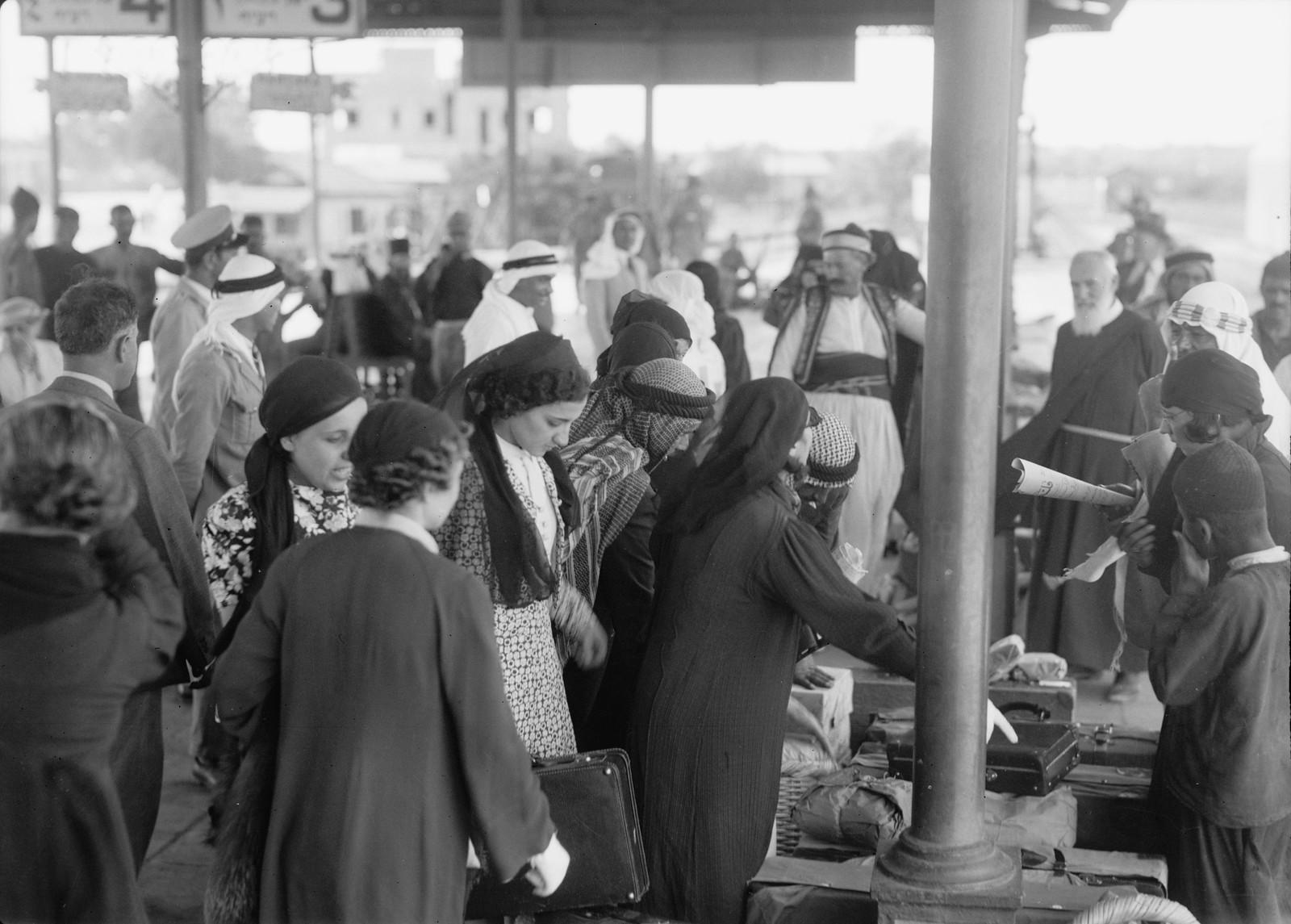 24. Палестинская делегация арабских женщин отправляется из Лода в Каир, 12 октября