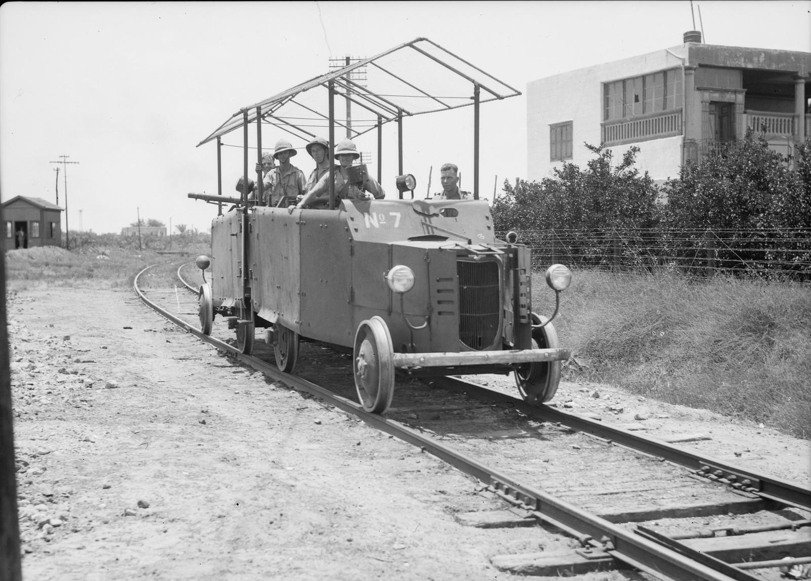 07. Лод. Английская бронедрезина перед поездом, перевозящим 11-й гусарский полк