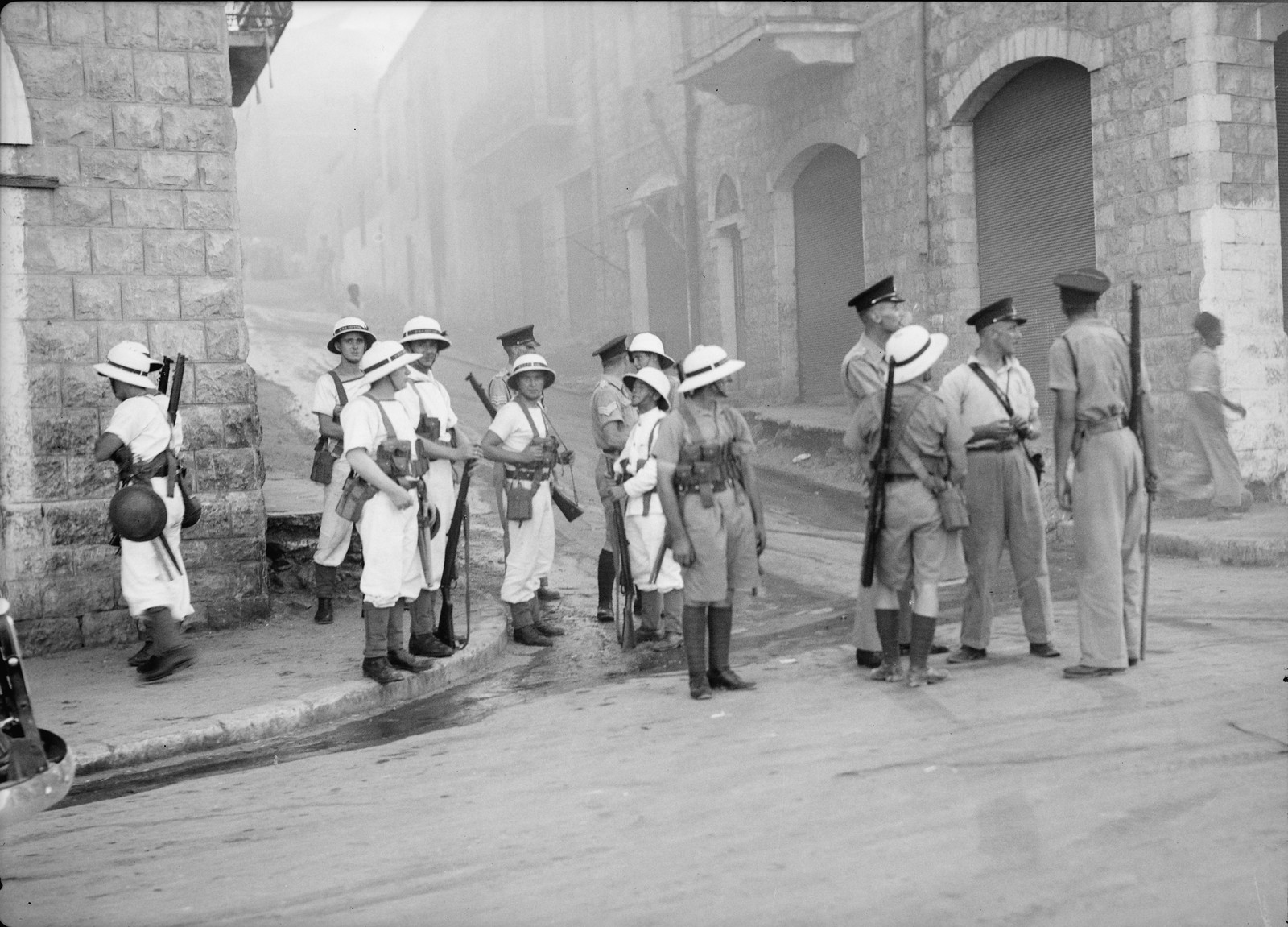 05. Британские морские пехотинцы и полиция HMS контролируют улицы Хайфы во время арабского мятежа