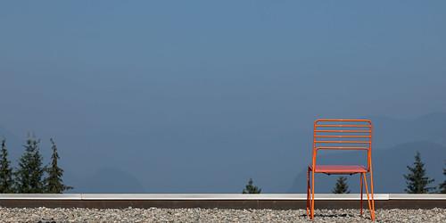 canonef24105f4lisusm canoneos5dmkiv scottkelbyworldwidephotowalk wwpw2020 simonfraseruniversity chair rooftop burnabymountain