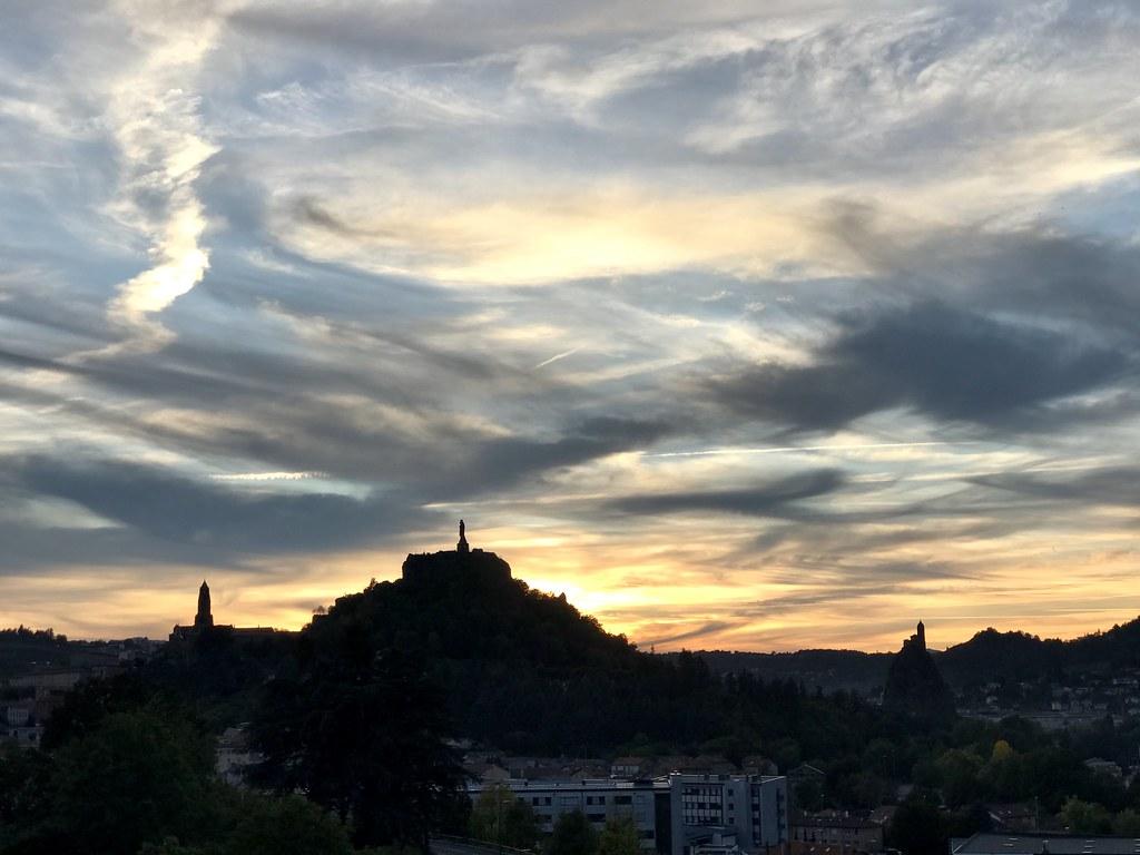 Le Puy en Velay sur fond de coucher de soleil