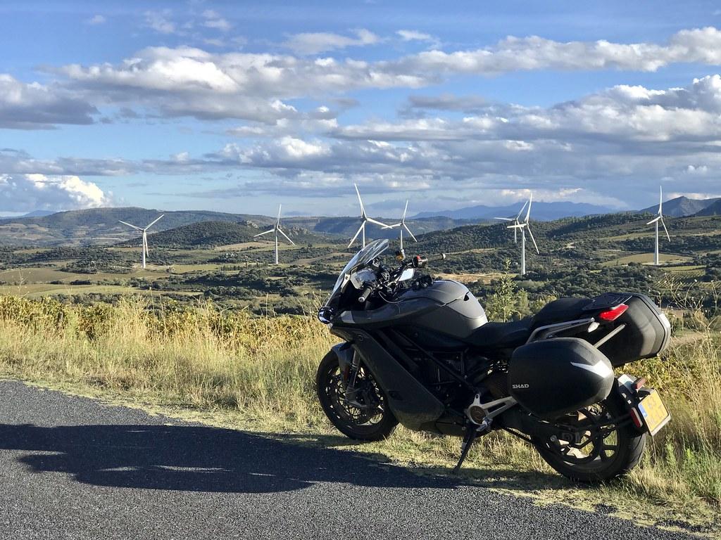 Moto électrique sur fond d'éoliennes