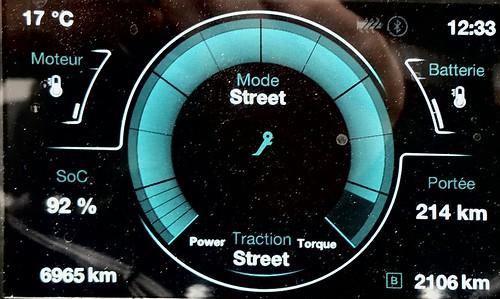 compteur numérique de moto indiquant 214 km d'autonomie