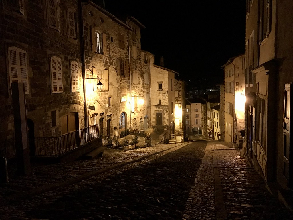 Une rue de la ville haute du Puy en Velay de nuit