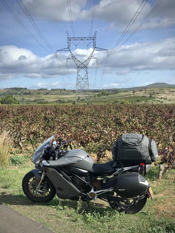 Moto électrique sous une ligne électrique