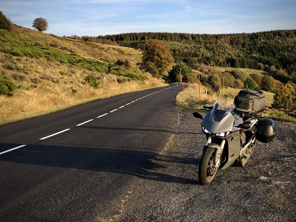 moto et route de campagne