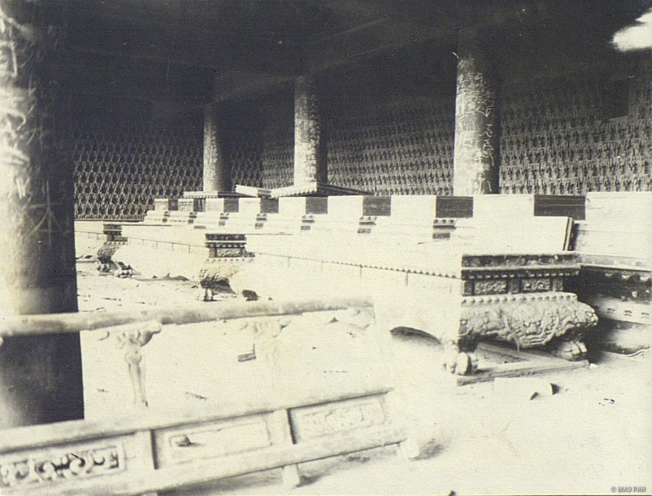 Разрушенный алтарь в храме в парке Бэйхай