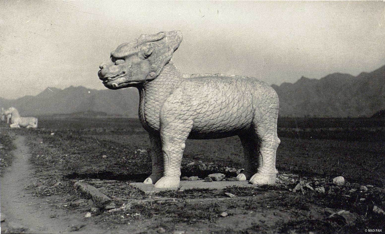 Могилы минских императоров. Статуя, иображающая мифическое животное «цилинь»