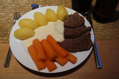 Tafelspitz mit Meerrettichsoße, Boullionkartoffeln und in Boullion gekochten Möhren (meine Portion)