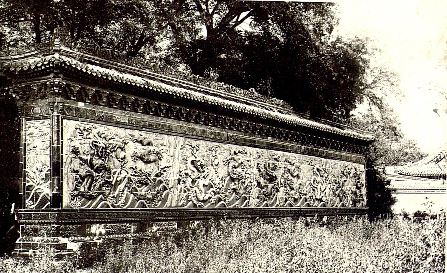 Стена девяти драконов в парке Бэйхай