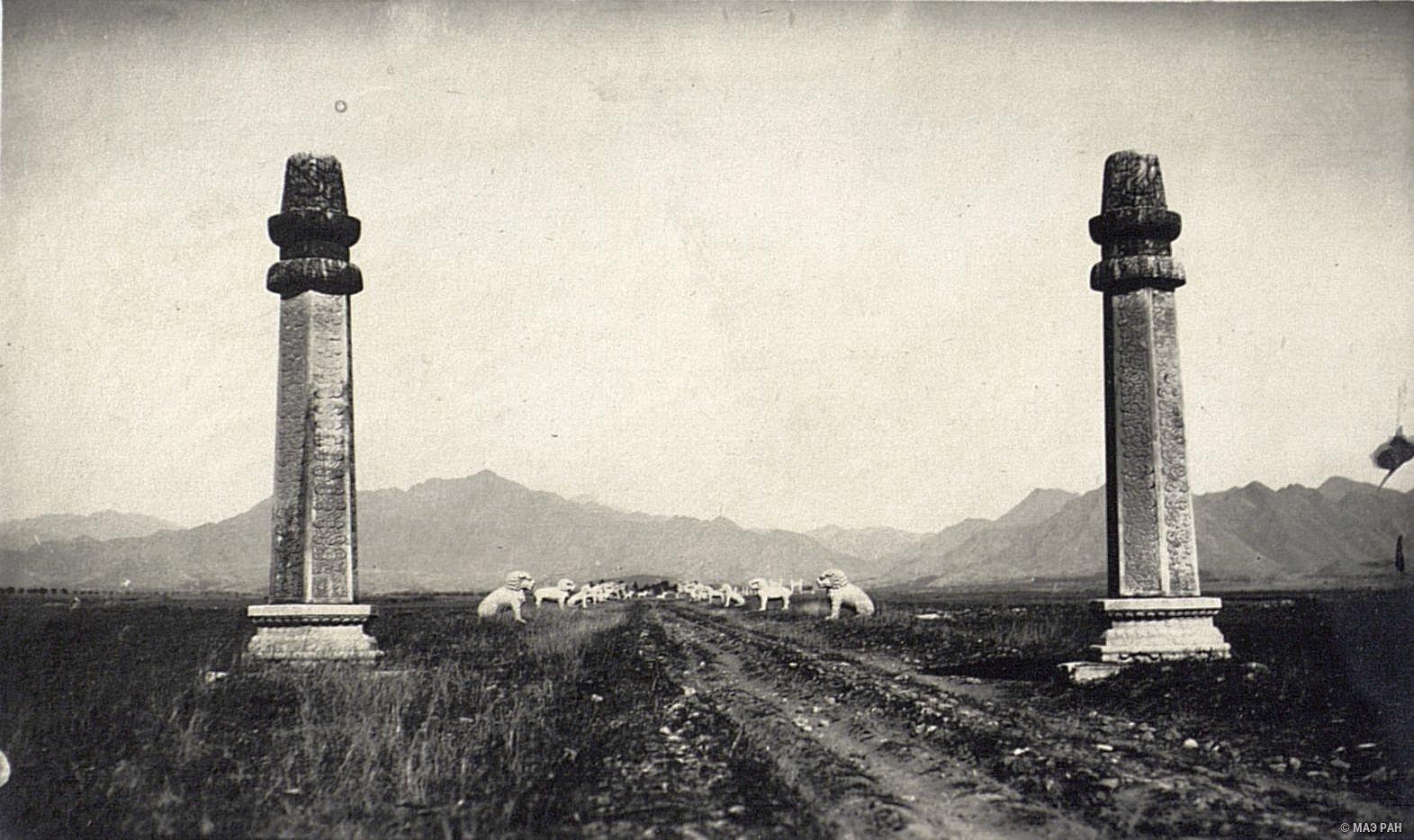 Общий вид дороги к могилам минских императоров
