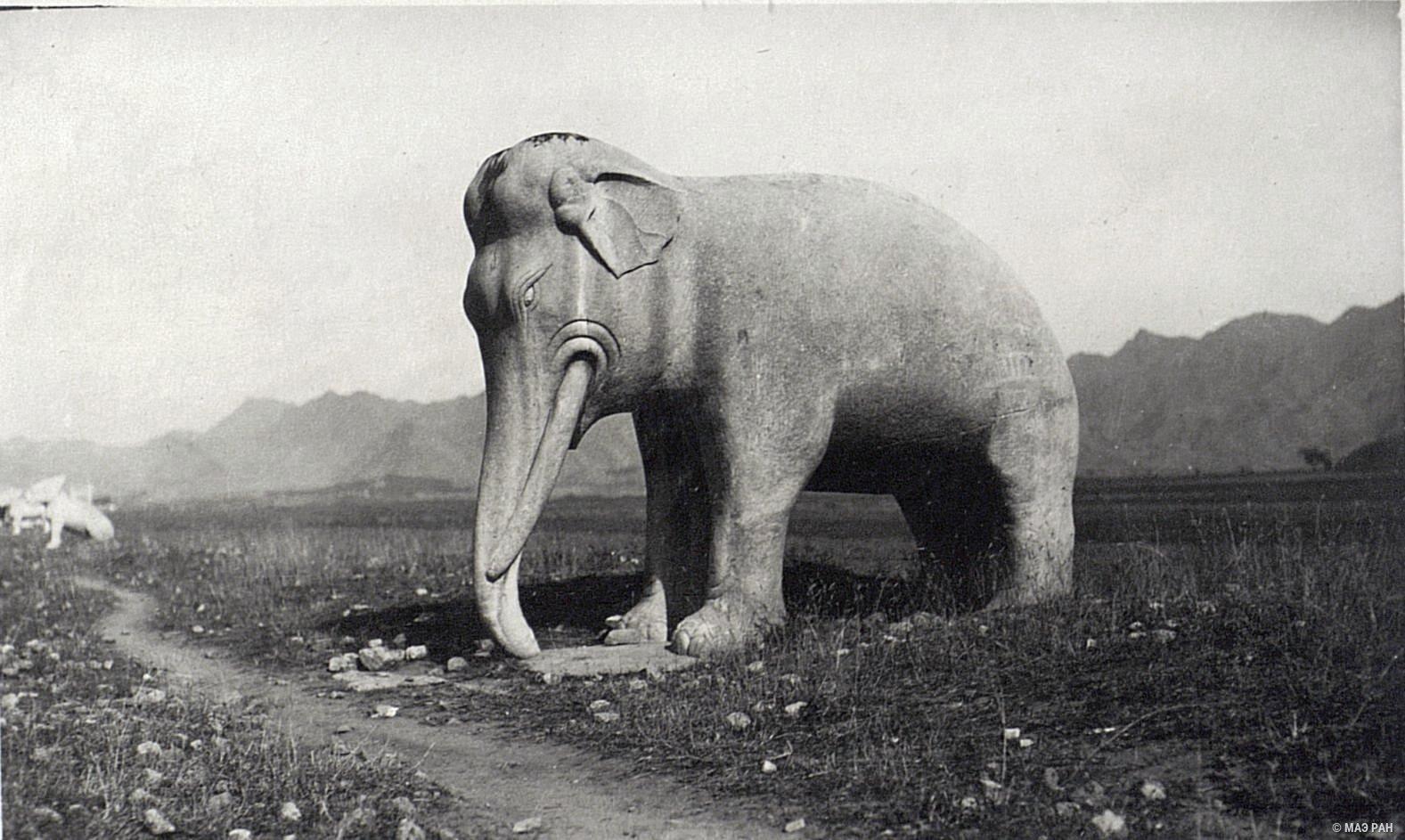 Могилы минских императоров. Статуя, изображающая стоящего слона