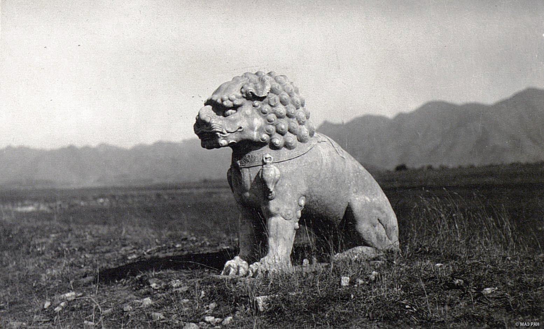 Могилы минских императоров. Статуя, изображающая сидящего льва