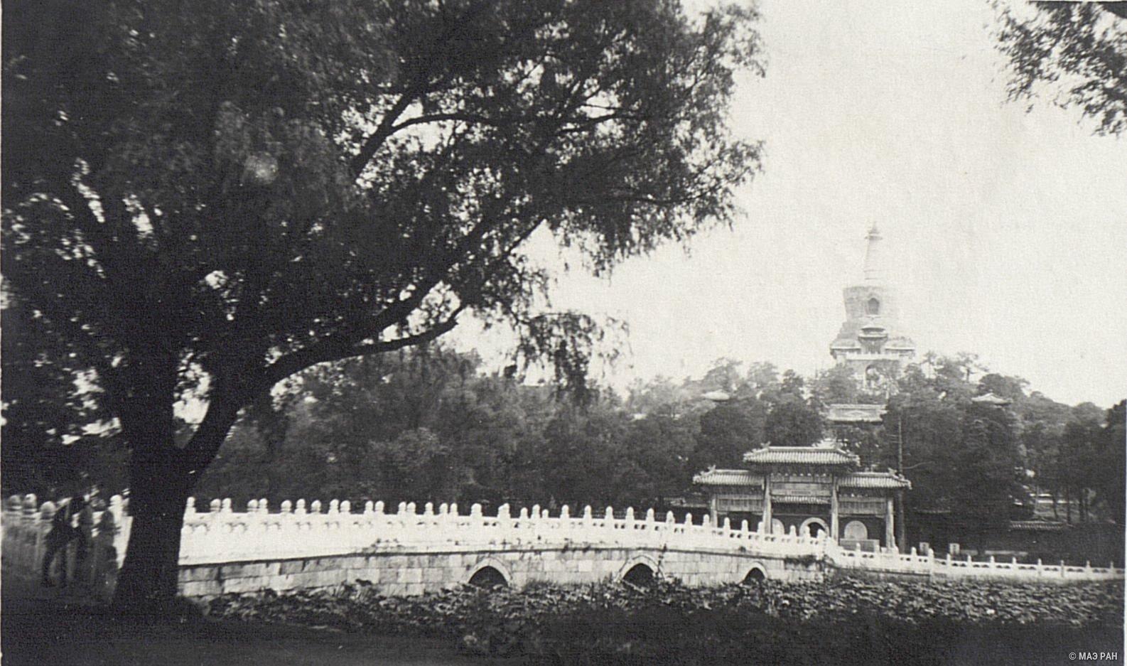 Общий вид парка Бэйхай и Белой Ступы