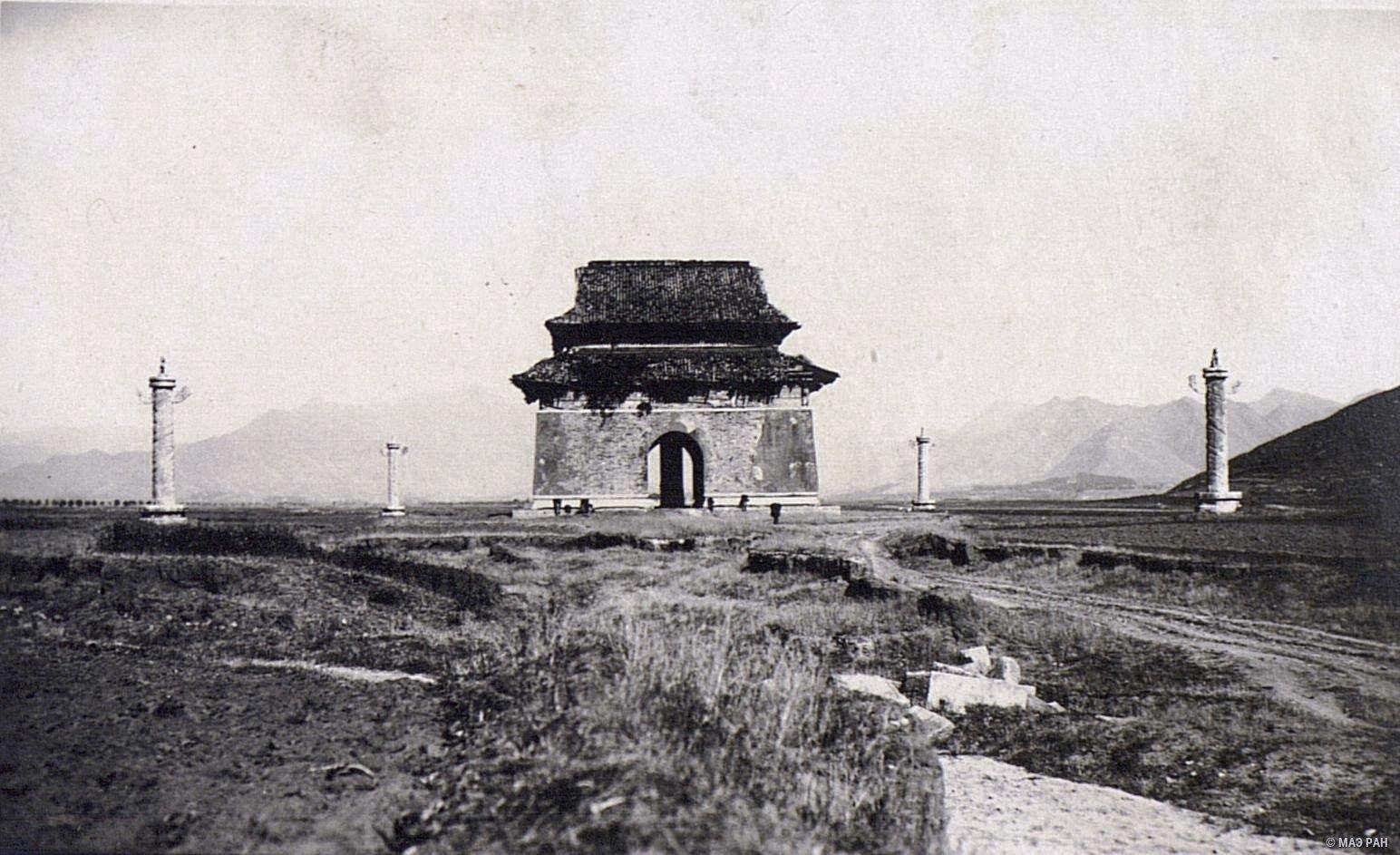 Могилы минских императоров. Арка и колонны