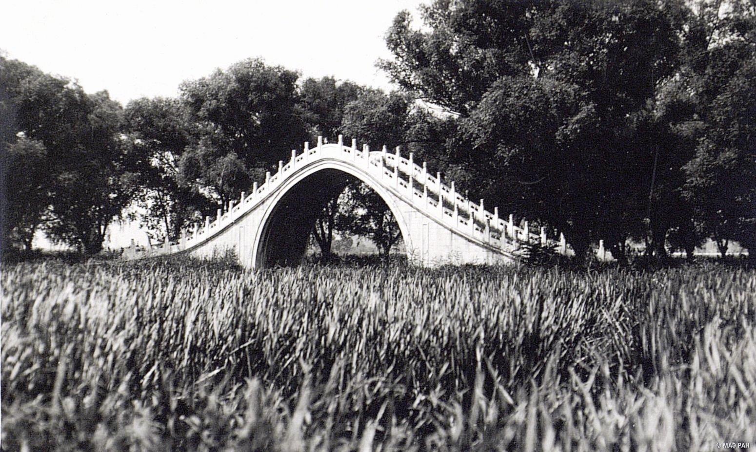 Летний дворец в парке Ихэюань. Лунный мост