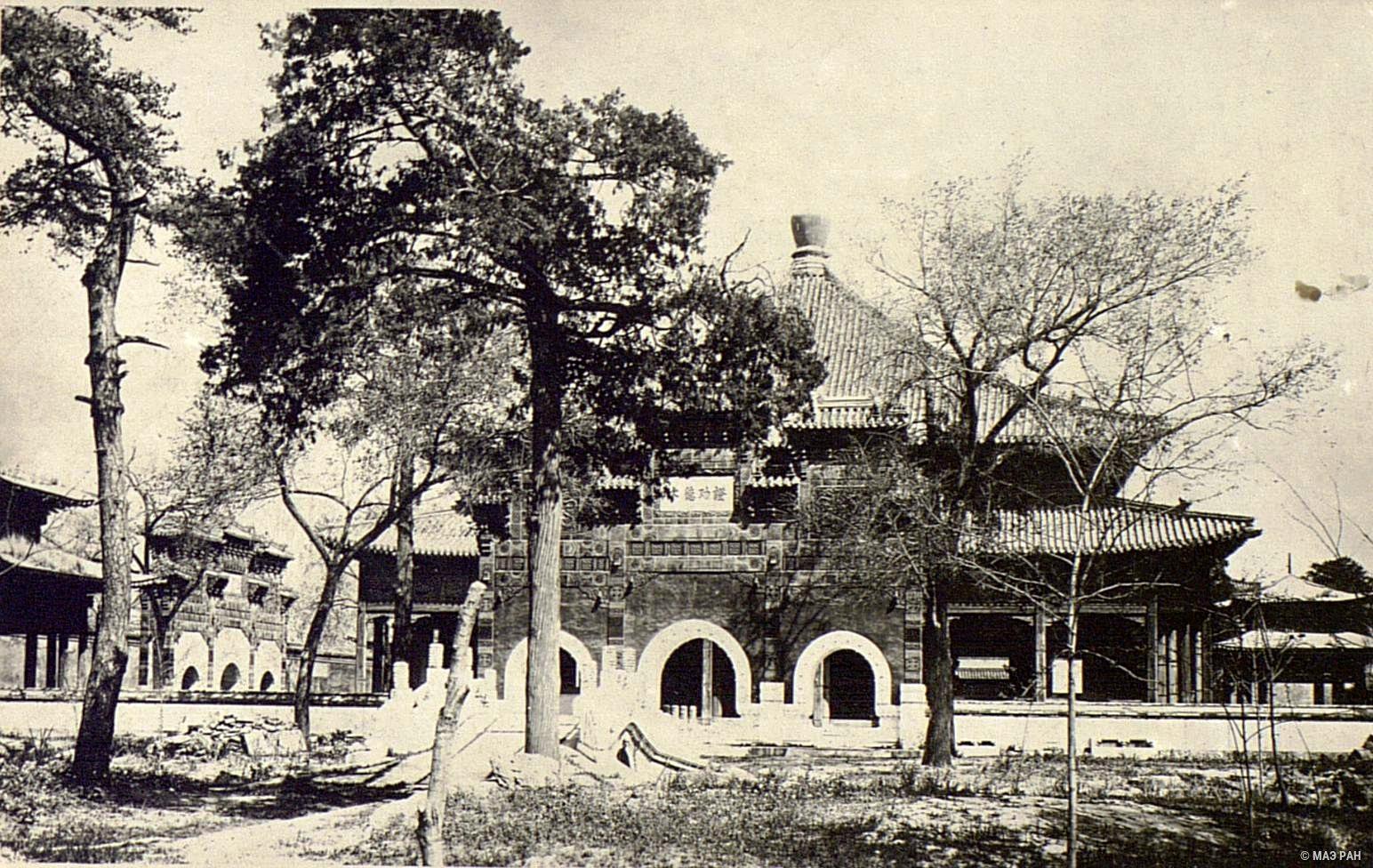 Вид на храм в парке Бэйхай