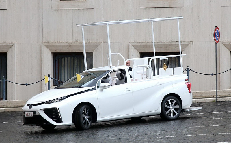 Toyota-Mirai-Popemobile-02