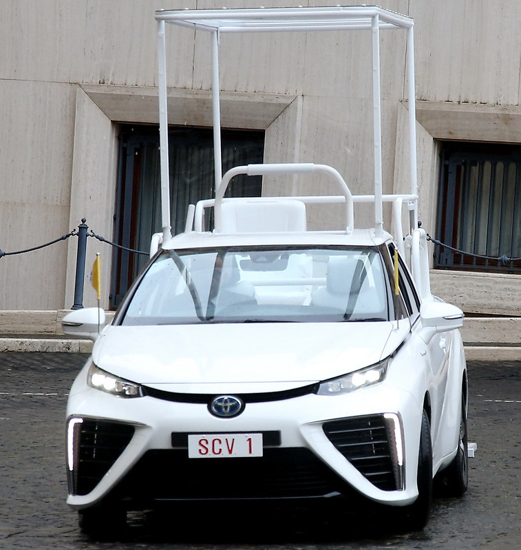 Toyota-Mirai-Popemobile-01