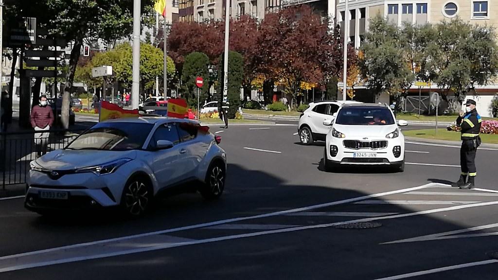 Caravana de coches con banderas.  (10)