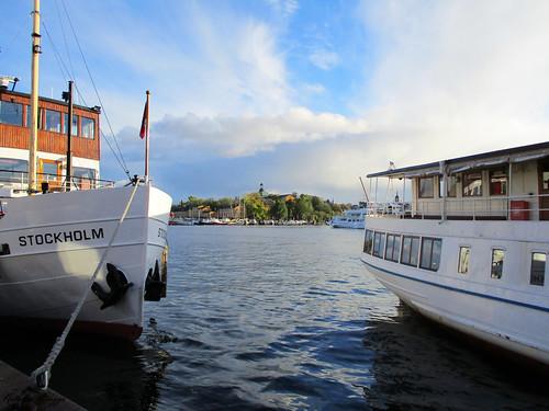sweden sverige schweden suecia suède svezia スウェーデン stockholm estocolmo stoccolma ストックホルム nybrokajen kaj kai quai banchina quay wharf nybroviken vik bay bucht bahía baie baia 湾 skeppsholmen boat båt boot barco bateau barche 船