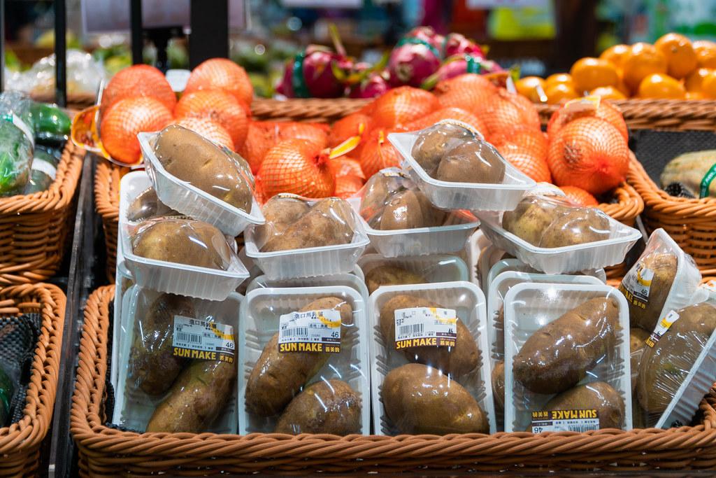 超市中裸賣與過度包裝的蔬果並陳。圖片提供:綠色和平。