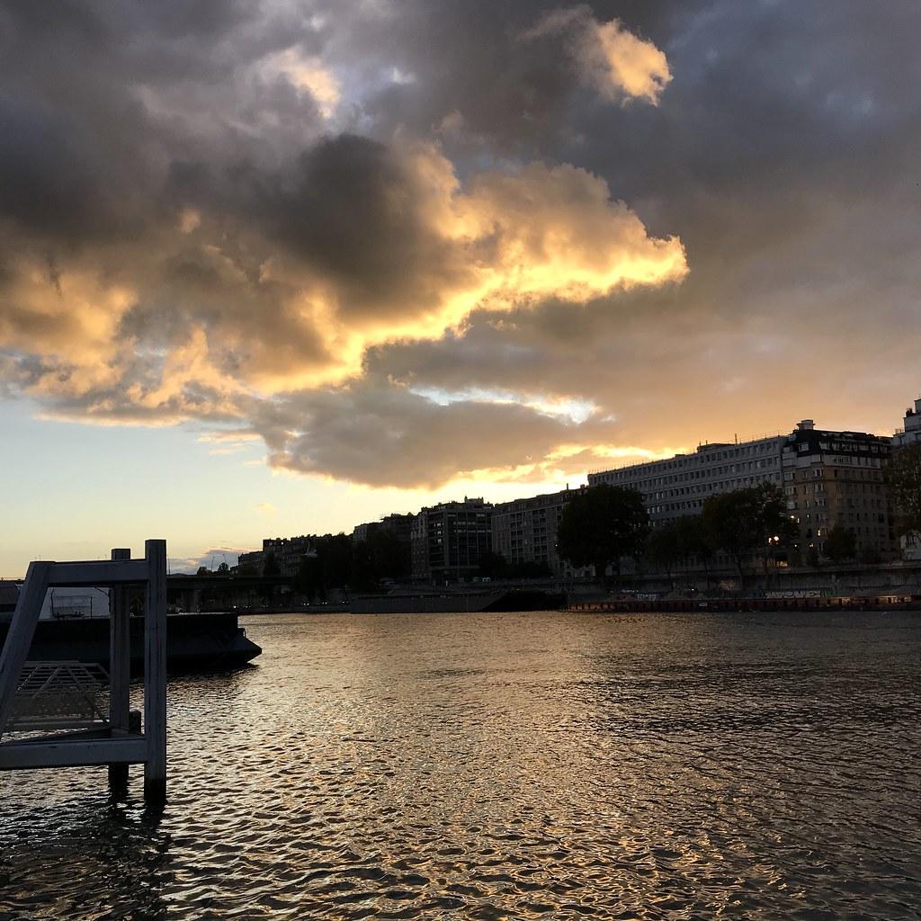 Ciel parisien avec lumière dorée