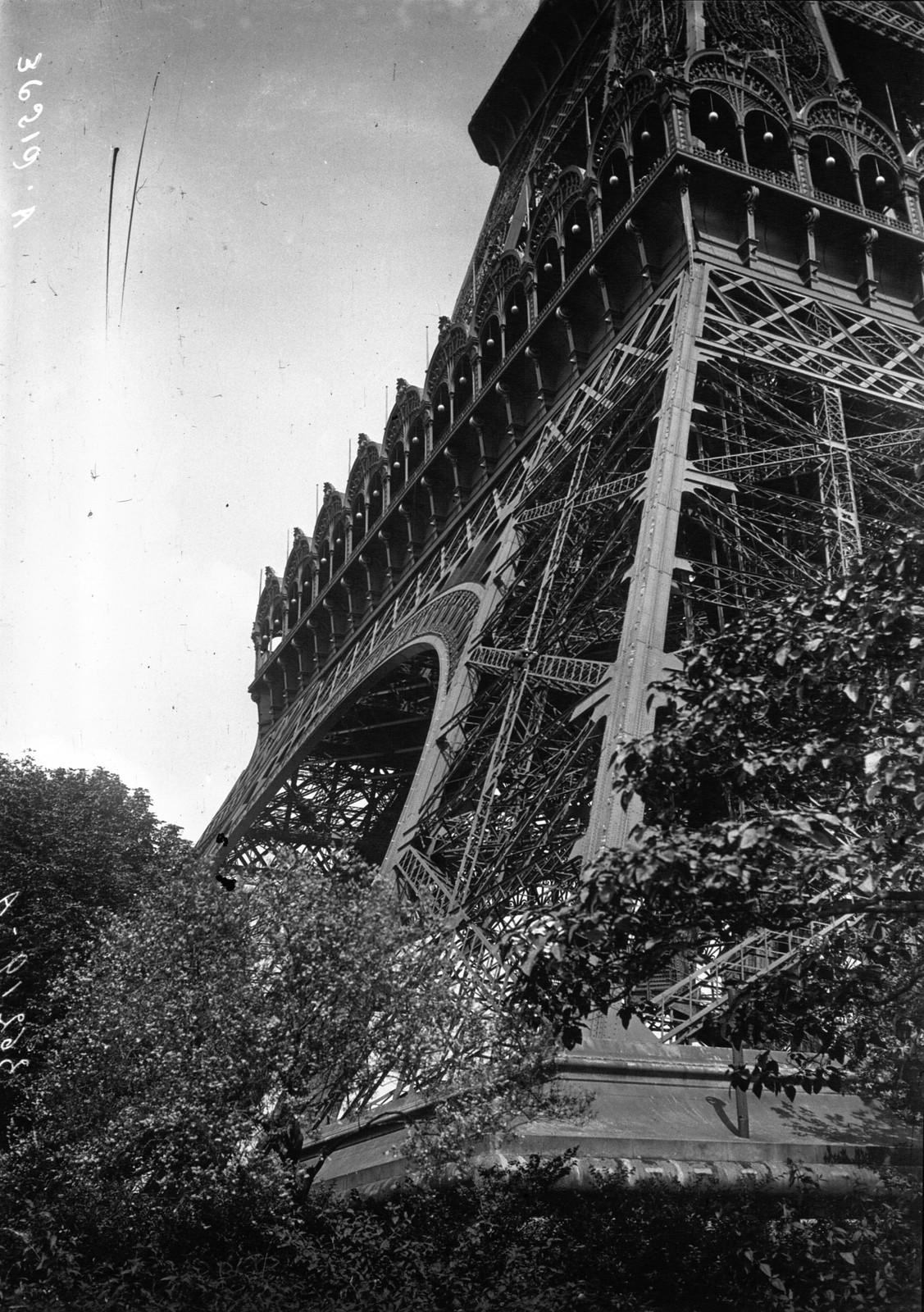 18. 1926. Рене Лассау поднимается на первую платформу Эйфелевой башни