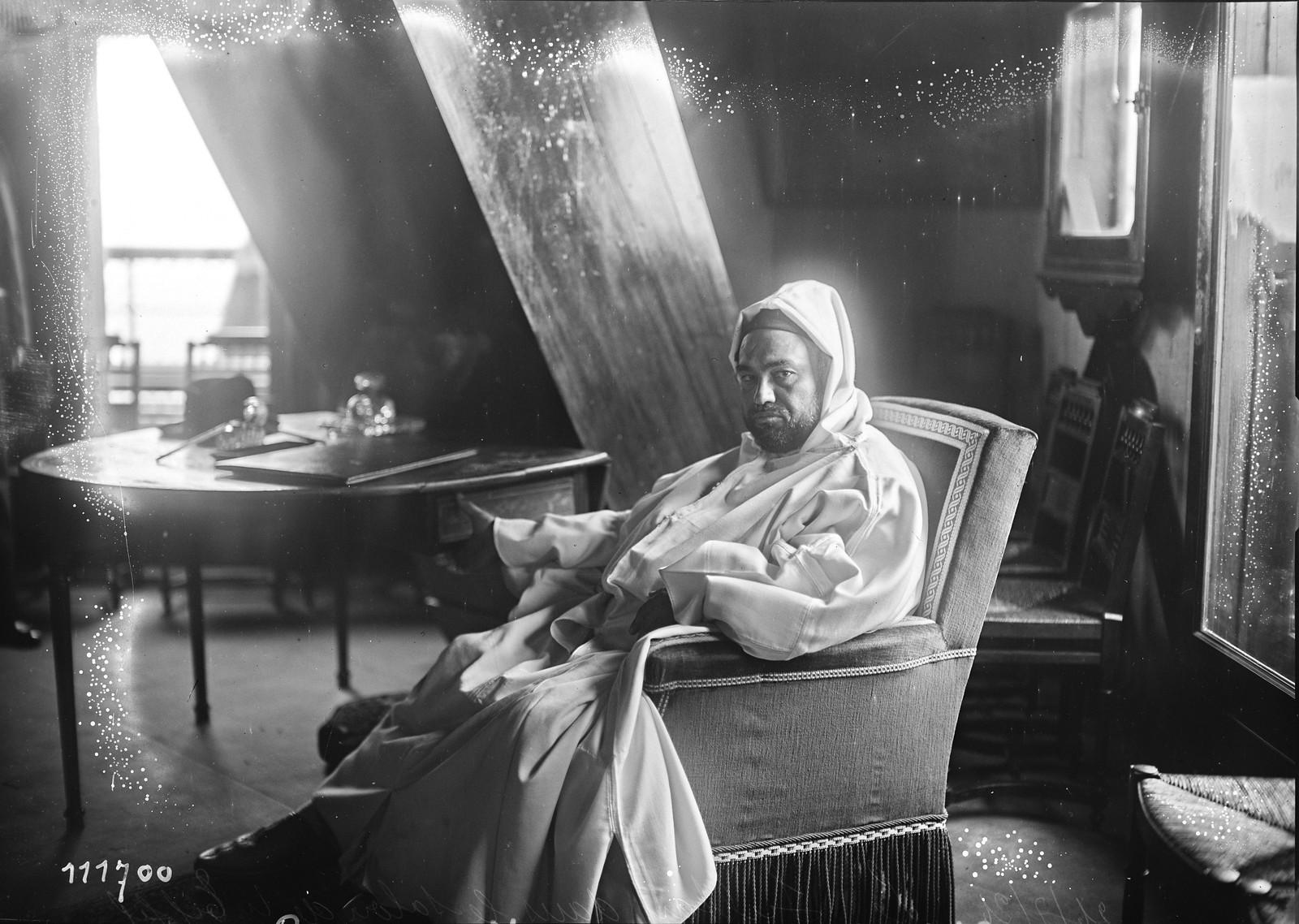 16. 1926. Мулай Юсуф, султан Марокко на Эйфелевой башне (1)