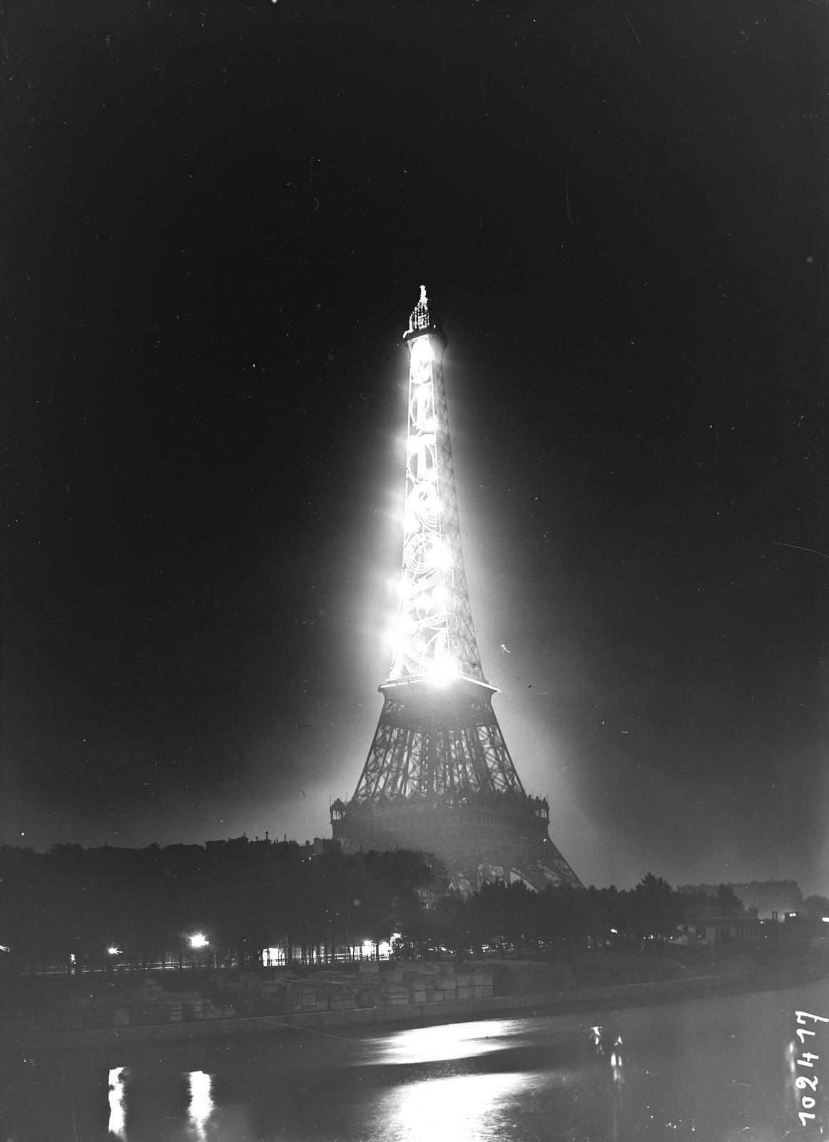 12. 1925. Эйфелева башня освещена рекламой Ситроен