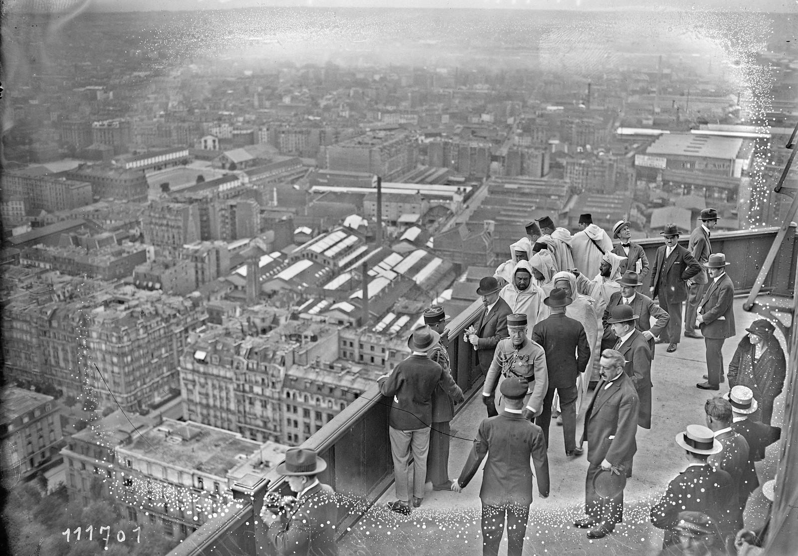 17. 1926. Мулай Юсуф, султан Марокко на Эйфелевой башне (2)