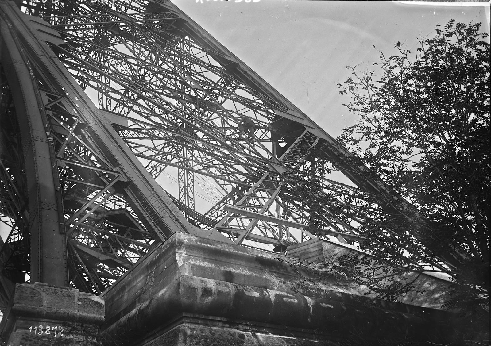 14. 1926. Луи Венисио поднимается на Эйфелеву башню