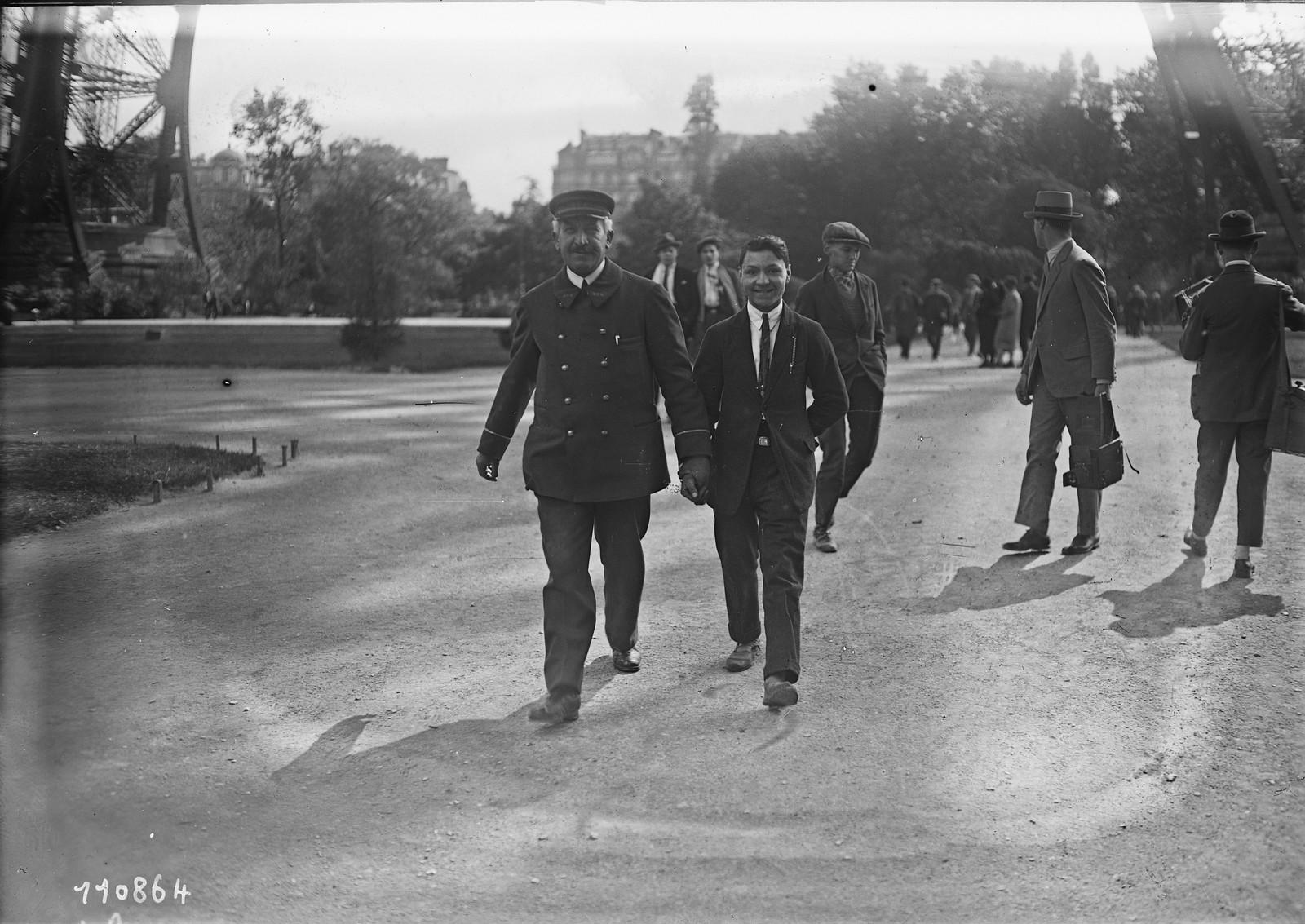 19. 1926. Рене Лассау доставлен в участок за то, что он поднялся на Эйфелеву башню