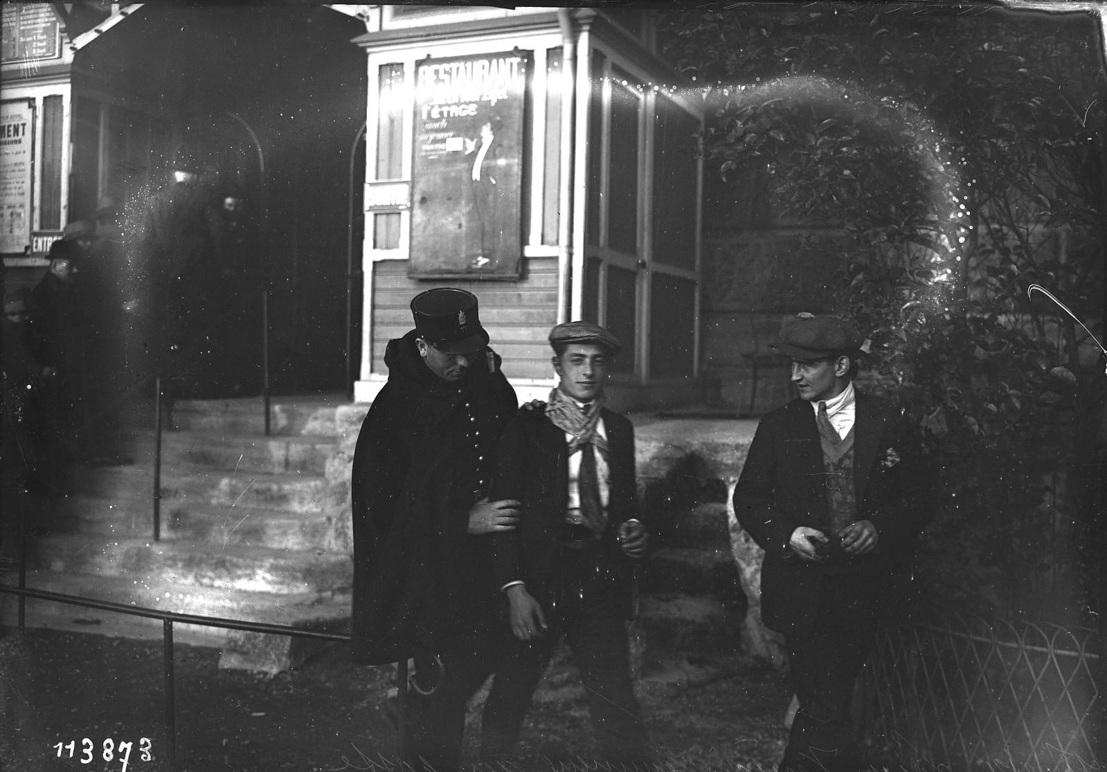 15. 1926. Луи Венисио доставлен в участок после восхождения на Эйфелеву башню