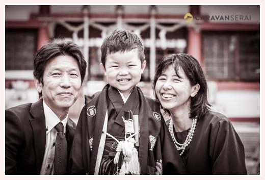 七五三 笑顔の親子 モノクロ写真
