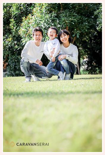 公園で家族写真 白のTシャツでお揃いコーデ