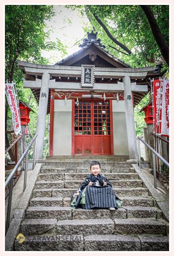 5歳の男の子の七五三 神社の境内でロケーションフォト