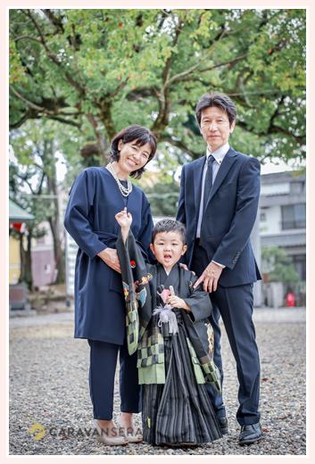 七五三 親子の写真 神社の境内