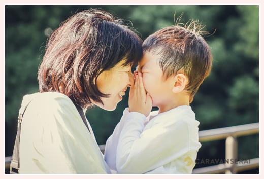 向かい合うママと男の子 笑顔 ファミリーフォト
