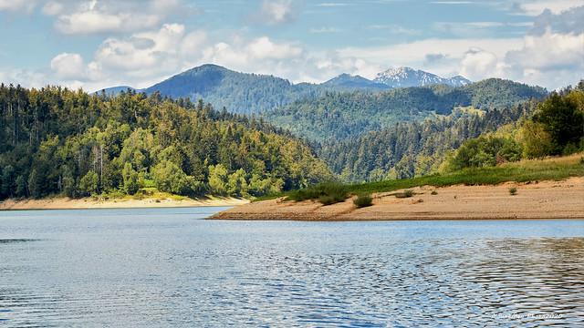 Kratka vožnja Lokvarskim jezerom na motornoj splavi Čača: još jedan pogled na Risnjak